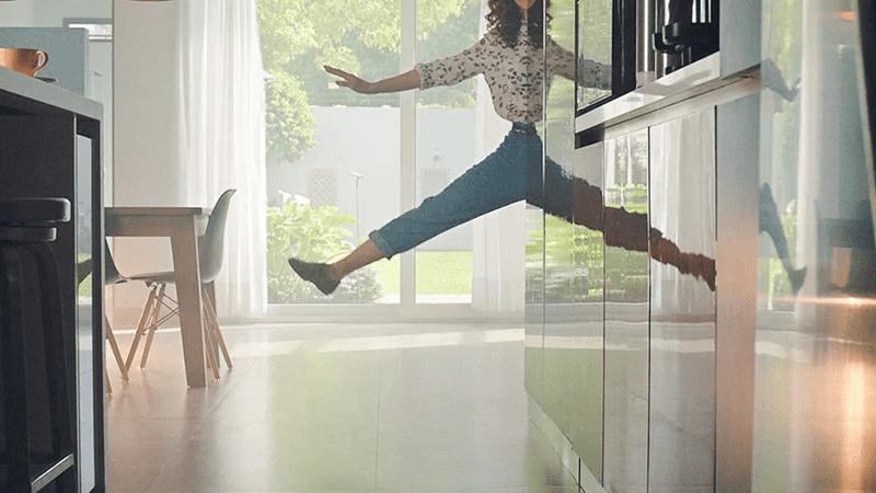 kobieta skacząca w powietrzu w odbiciu