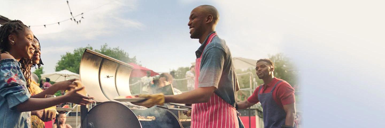 Mężczyzna gotuje grilla
